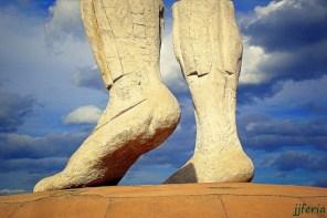 Escultura monumental de dos pies en movimiento en la vecina población de Cehegín.