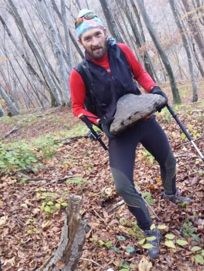 010-john-con-un-fungo-gigante