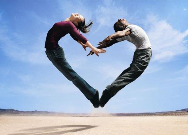 coppia_salta_formando_un_cuore