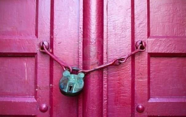 8380224-vecchio-blocco-tasto-verde-su-chiudere-porta-di-legno-rosso-606x380