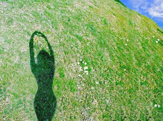 4743053-ombra-di-donna-su-una-collina-di-forma-cuore-con-le-mani-archivio-fotografico