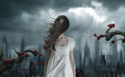donna-oscura-con-capelli-al-vento-500x310