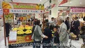 Khách mua xoài Việt Nam trong siêu thị Nhật Bản