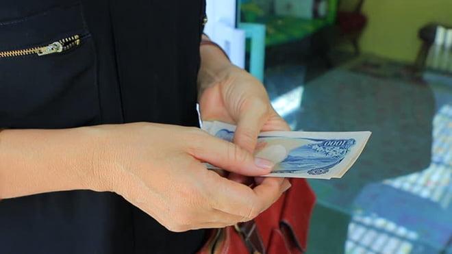 Người mua hàng phải chuẩn bị tiền trước khi thanh toán.