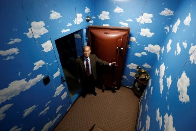 Ông Seiichiro Nishimoto đứng trước cửa chống nổ ở lối vào hầm trú hạt nhân.