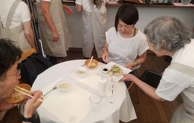 Mặc dù có thể bị phục vụ sai món thế nhưng các thực khách vẫn vui vẻ thưởng thức món ăn.