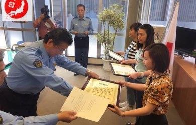 Cảnh sát Nhật tặng bằng khen cho 2 bạn người Việt