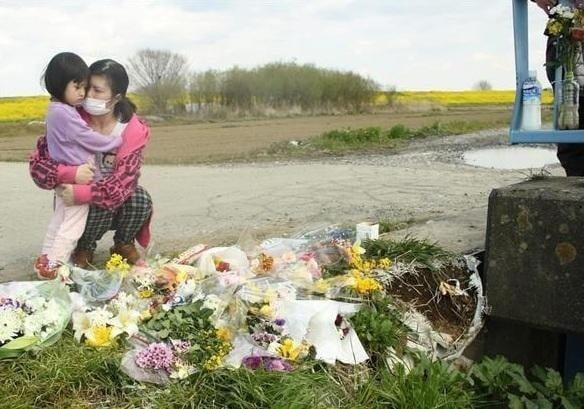 Những đóa hoa được đặt nơi tìm thấy xác Nhật Linh. (Ảnh: Internet)