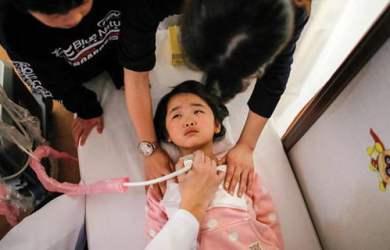 Tại Iwaki, thị trấn phía nam nhà máy hạt nhân Fukushima, bác sĩ tiến hành kiểm tra tuyến giáp cho cô bé Maria Sakamoto, 4 tuổi. Số lượng các ca bệnh tuyến giáp đã tăng lên bất thường sau thảm họa hạt nhân. Ảnh: Reuters.