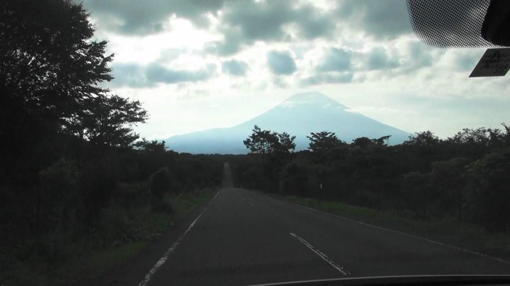 富士山の見えるまっすぐな道