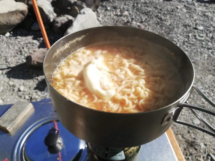 キャンプ場でサッポロ一番味噌ラーメン