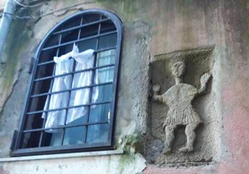"""Scultura in rilievo. E' una formella orante con una figura in preghiera del VIII – IX secolo. E' riconducibile alle """"statue parlanti romane"""" come Pasquino."""