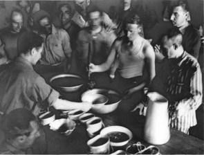 5-SANDBOSTEL-1944_-La-distribuzione-della-sbobba-in-baracca_jpg