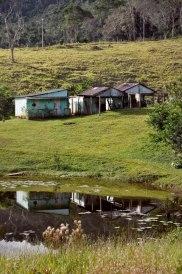 Sítio mantido por família indígena, a despeito da pressão dos não-índios, 2012, por Daniela Alarcon.