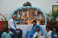 Cacique e mulheres iniciadas no culto aos encantados, em ritual na casa do santo, 2012, por Daniela Alarcon.