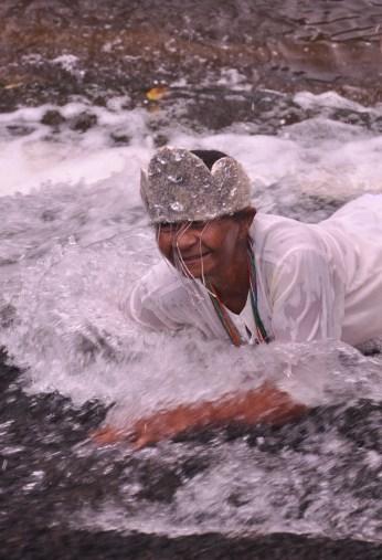 Senhora durante ritual no rio de Una, 2012, por Daniela Alarcon.