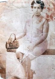 Senhora indígena quando moça -- na época, em razão da expropriação fundiária, vivia no Rio de Janeiro, onde trabalhava como empregada doméstica; recentemente, mudou-se para a Terra Indígena (reprodução).