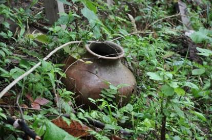 Pote de cerâmica junto a antiga morada indígena, 2012, por Daniela Alarcon.