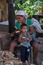 Glicéria Jesus da Silva e seu filho Erúthawã, que foram presos em 2010, no contexto de criminalização das lideranças indígenas mobilizadas em defesa do território, 2012, por Daniela Alarcon.
