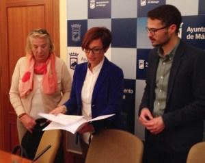 María Gámez (PSOE) en la presentación de la moción con Carmela Fernández (Asoc. de Vecinos)