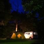 キャンプサイトとバンコン(夜)