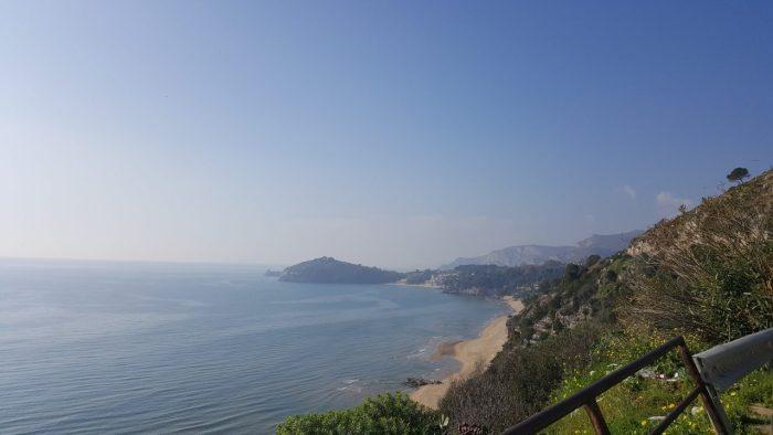 Ausblick auf das Meer an der Küste von Gaeta auf meiner Fahrt mit dem Wohnmobil durch Italien
