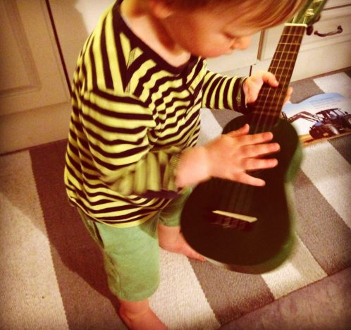 Merlin mit Kindergitarre