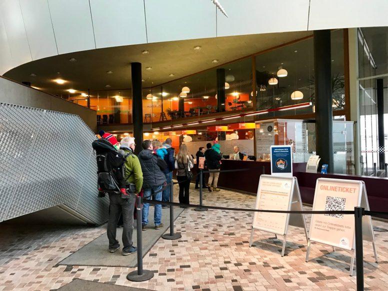 Eingangsbereich Ozeaneum Stralsund - CamperDad und Merlin warten