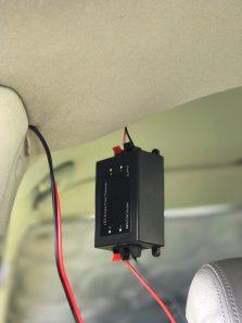Für die Lichtleisten verlegt Andreas Kabel durch die Dach- und Seitenverkleidung des Bulli