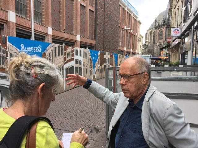 Willem van der Veen wordt geïnterviewd door Janine Stougie in de Voorstraat, de straat waar Willem als kind de krantendrukkerij van Tijl zag draaien. (de Zwolse Courant).