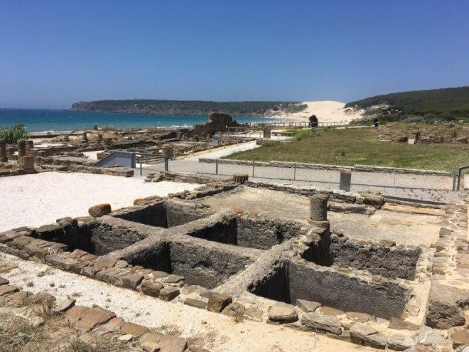 Zicht op Bolonia, een Romeinse nederzetting. Het stadje leefde van de tonijnvangst en verwerking. Op de foto zie je de stenen kuilen voor het zouten van de vis