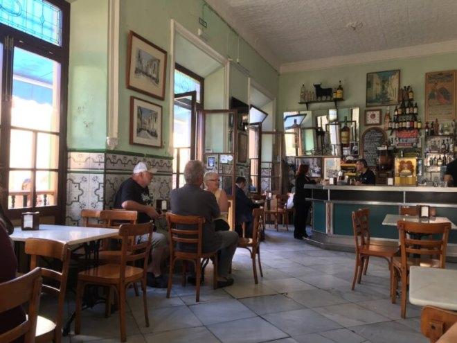 In de oude Bar Vicentelopen alle stijlen rommelig door elkaar, maar het is dé plek om na je boodschappen in het centrum van El Puerto de Santa Maria koffie te drinken.