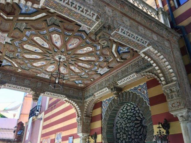 Hoofdingang van het gemeentehuis dat in een paleis van 1870 huist. Delen ervan zijn gebouwd in de Arabische mudejar-stijl. Achter het gemeentehuis ligt een prachtige botanische tuin