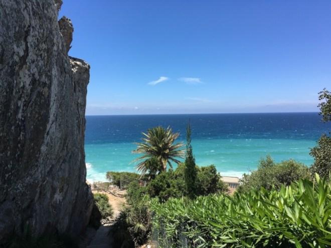 Atlanterra is een rotsige kust in de buurt van het badplaatsje Zahara de los Atunes. De plek is populair bij de rijkere Spanjaarden vanwege het mooie uitzicht. Ze hebben gelijk, vinden we