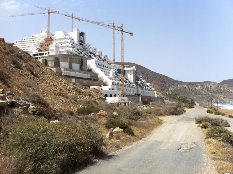 uli 2013. Het lege hotel dat afgebroken gaat worden. Foto archief Smuikje