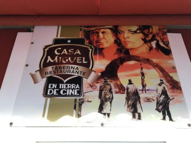 De plaatselijke horecaondernemer van San José speelt met dit reclameplakaat in op de vele films die er gedraaid zijn. Je ziet Charles Bronson en Claudia Cardinale