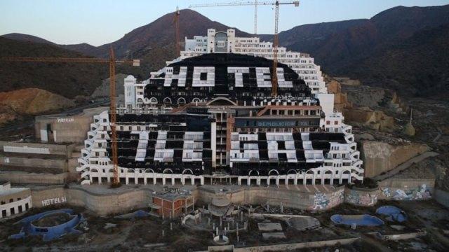Het hotel in 2014 met links klein geschreven 'Hotel Si'.©Greenpeace/Pedro Armestre