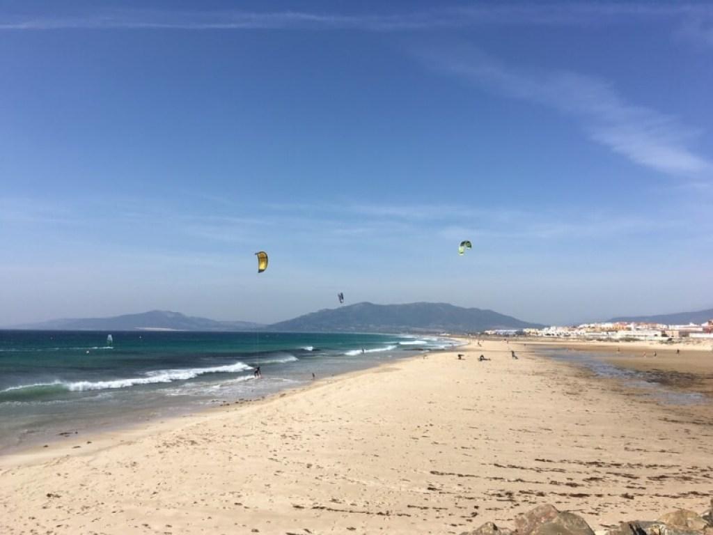 Strand van Tarifa, kijk op de bergen van Paloma.