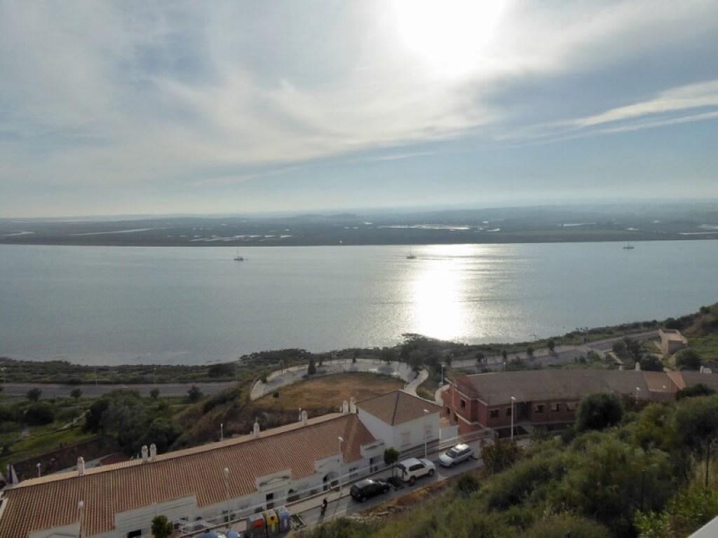 De rivieroever van Ayamonte. Aan de andere kant ligt Portugal.