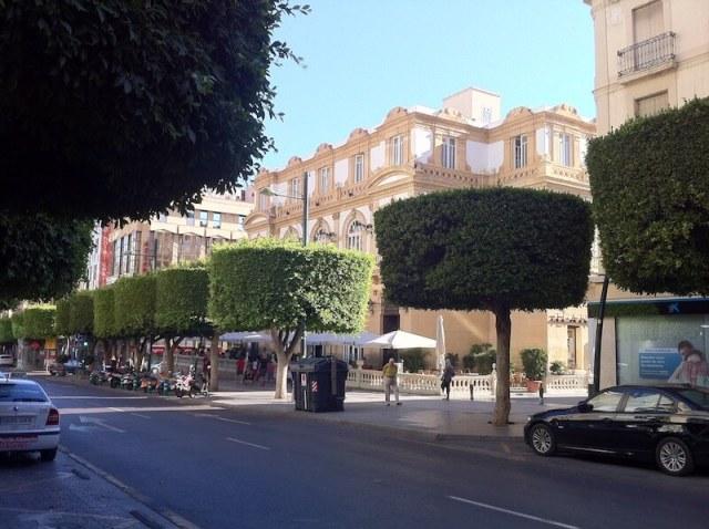 Nr. 13. De belangrijkste winkelstraat, Paseo de Almería. Op de voorgrond zie je het theater Cervantes.
