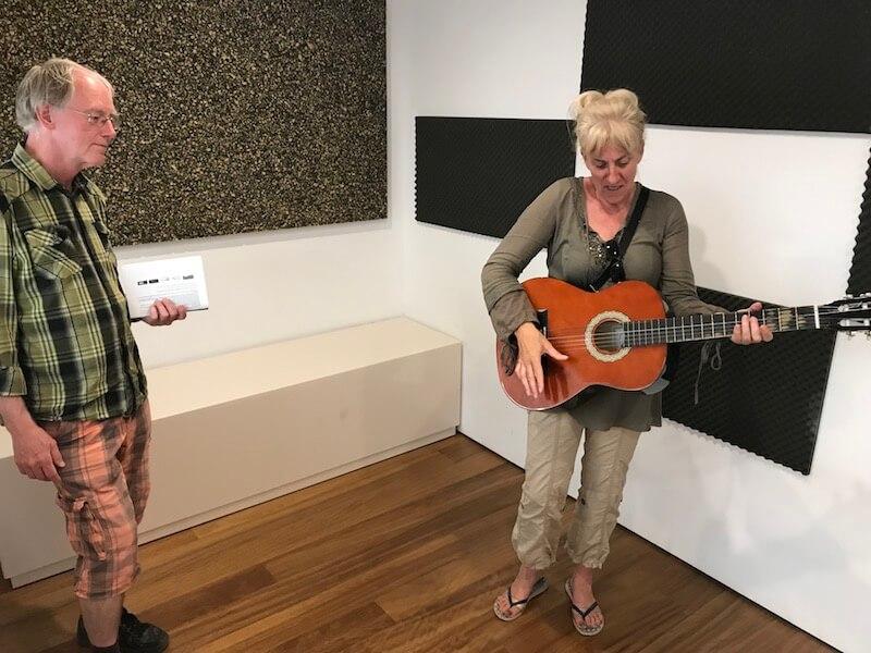 Nr. 7. In het gitaarmuseum António Torres kun je zelf gitaar spelen. Hier Janine in actie, terwijl ze 'bewonderd' wordt door onze vriend en eindredacteur Ron Maat.De in Almería geboren Torres vond dé typische Spaanse gitaar uit.