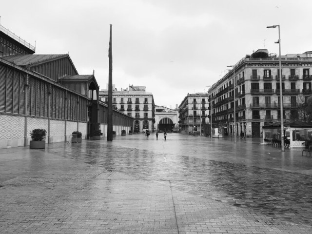 Placa Comercial, met de enorme houten vlaggenmast voor de deur van El Born. (Barcelona).