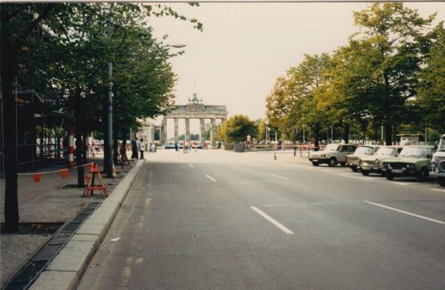 Een foto van Janine's eerste reis achter het toenmalige IJzeren gordijn in september 1989. De DDR is nog de DDR en niets wees erop dat de muur slechts enkele maanden later open zou gaan. Dit is de Unter den Linden in het toenmalige Oost-Berlijn, hauptstadt der DDR