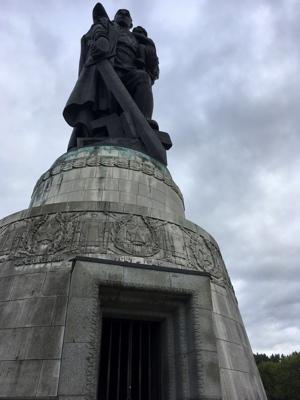 Het beeld van de zegevierende Russische soldaat.