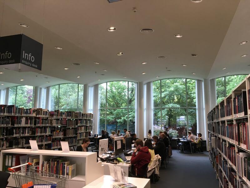 De Amerikanische Bibliothek was het cadeau van het Amerikaanse volk aan Berlijn.Het was daar overvol.