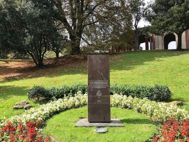 De gedenksteen, vlakbij de eendenvijver. (Bilbao).
