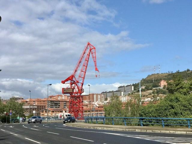 De stilstaande havenkraan is de grens met het oude industriegebied van Bilbao.