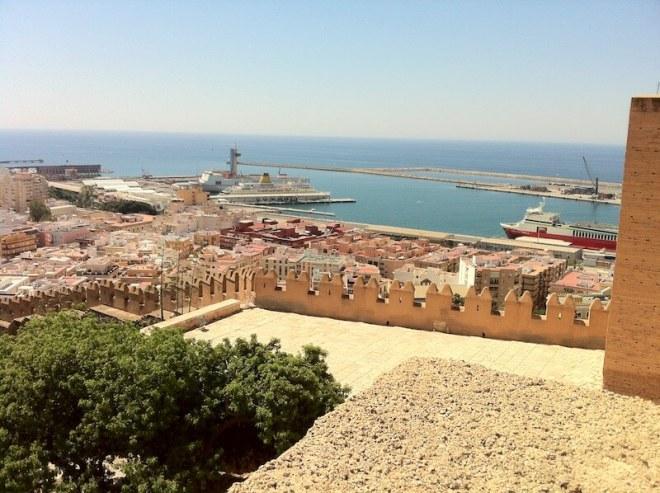 Het voormalige Moorse kasteel Alcazaba van Almeria geeft een mooi blik over de zee.
