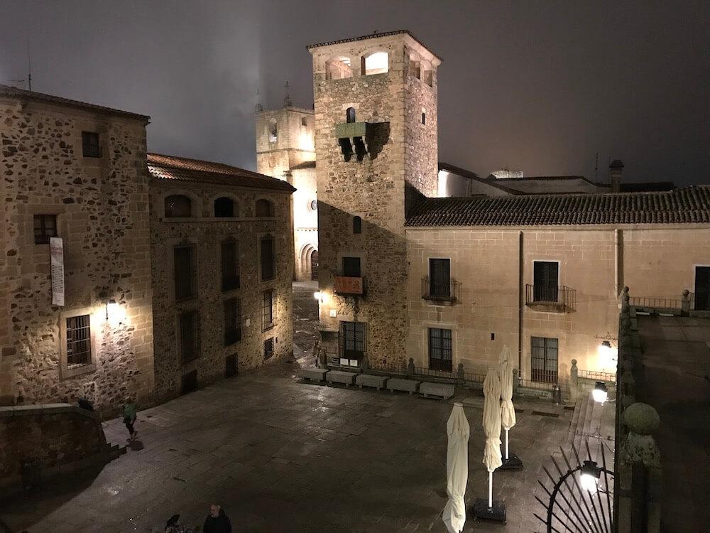 's Nachts, als het koud en een beetje mistig is, lonkt de stad. Je kijkt hier vanaf Plaza de San Jorge.