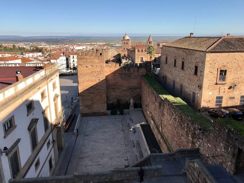 Een kijkje op de stadsmuren en torens vanaf Toren del Horno.